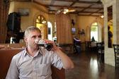 Homem bebe cerveja de pressão — Foto Stock