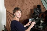 žena a retro tiskový stroj — Stock fotografie