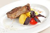 Steak servi avec pommes de terre — Photo