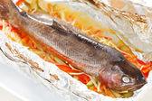 トラウトと野菜のホイル焼き — ストック写真