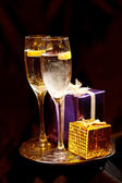 Christmas gift box with glasses of champagne — Stock Photo