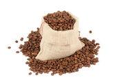 Kaffebönor i canvas säck på vit bakgrund — Stockfoto
