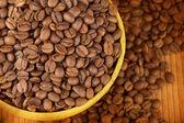 Colpo di studio macro di una tazza di caffè in grani — Foto Stock