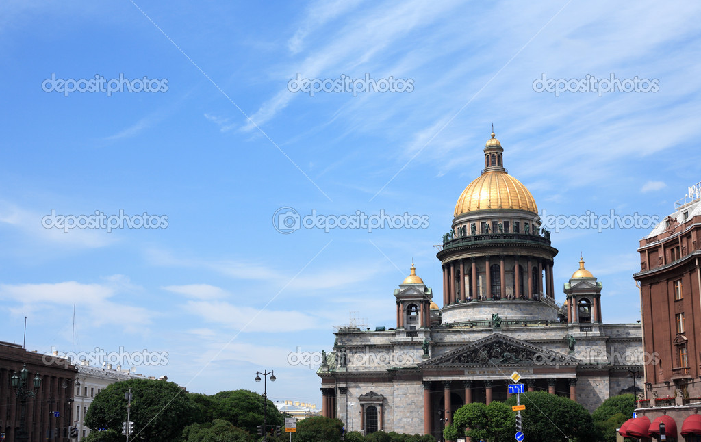 Saint Isaac's Cathedral against blue sky. St. Petersburg, Russia — Stock Photo #6020131