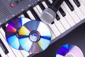 Micrófono y un teclado electrónico — Foto de Stock