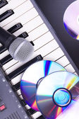 Mikrofon i pianino elektroniczne — Zdjęcie stockowe