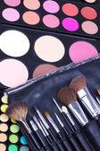 专业化妆刷上眼影 — 图库照片