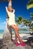Femme en robe sur la plage — Photo
