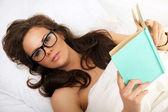 Kitap ile gözlüklü kız — Stok fotoğraf