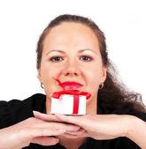 Mutlu bir kadın elindeki hediye kutusu — Stok fotoğraf