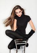 Bela jovem de luvas vestido e veludo preto combi, ri — Fotografia Stock