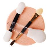 组的不同化妆海绵和刷上白色隔离 — 图库照片
