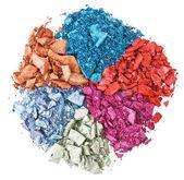 Conjunto de sombra de ojos multicolor roto, aislado en blanco macro — Foto de Stock