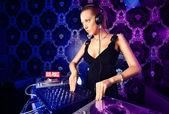 Sexy loira jovem dj tocando música em boate — Foto Stock