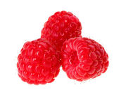 Drie rode rijpe frambozen vruchten, geïsoleerd op witte macro — Stockfoto