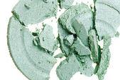白いマクロで分離した、壊れたグリーンのアイシャドウ — ストック写真