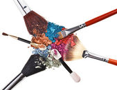 Composición con pinceles de maquillaje y sombras multicolor roto — Foto de Stock