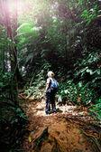 ボルネオのジャングルでの女性 — ストック写真