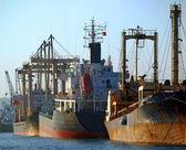 Naves industriais enferrujados no porto de kaohsiung — Fotografia Stock