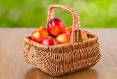 Nectarinas frescas en la cesta — Foto de Stock