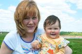 赤ちゃんと自然に対する女性 — ストック写真