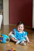 女孩与玩具在家里 — 图库照片