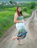 Meisje in lichte jurk op de weg — Stockfoto