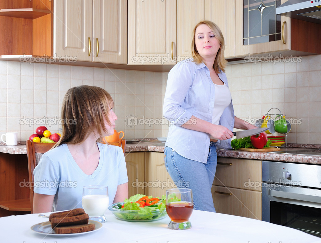 Mom and young daughter eating breakfast together in the kitchen — Stock Photo #5460547