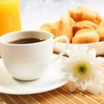 Frühstückskaffee und croissants — Stockfoto