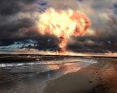 Explosión nuclear en un escenario al aire libre — Foto de Stock