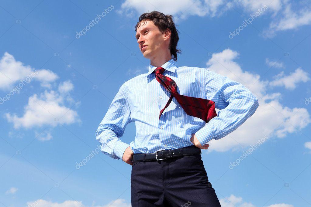 Junger gesch ftsmann in ein blaues hemd und eine rote for 2533 raumgestaltung und entwerfen