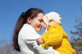 Petite fille avec la mère dans le parc du printemps — Photo