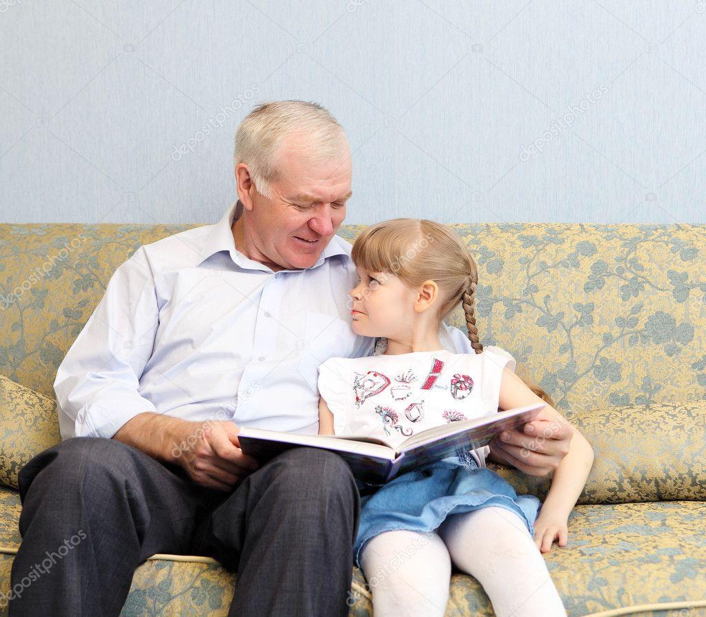 Дед с внучкой на диване фото 85-674