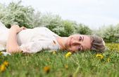 Young woman in spring park — Stock Photo