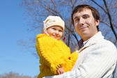 Little girl with father in spring park — Stock Photo