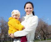 Dziewczynka z matką w parku — Zdjęcie stockowe