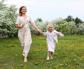 Девочка с матерью в парке — Стоковое фото