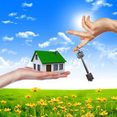 руки, держащие дом — Стоковое фото