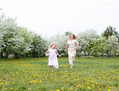 Girl with mother in the park — Stockfoto