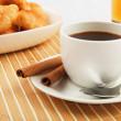 早餐咖啡和牛角面包 — 图库照片