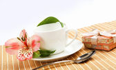 White cup with pink flowers — 图库照片