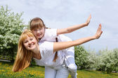 Chica con madre en parque de primavera — Foto de Stock