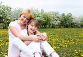 Dziewczyna z matką w parku — Zdjęcie stockowe