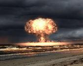 在室外设置中的核爆 — 图库照片