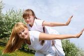 Menina com a mãe no parque Primavera — Fotografia Stock