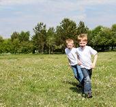 两兄弟户外 — 图库照片