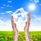 Domu trzymając się za ręce — Zdjęcie stockowe