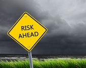 Straßenschild der risiko ahead — Stockfoto