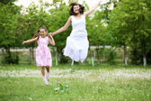 Giovane madre e figlia giovane — Foto Stock