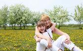 Jeune fille à la mère dans le parc du printemps — Photo